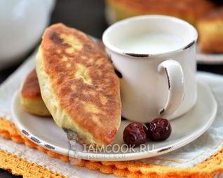 Жареные пирожки с вишней